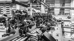 Ein altes Baumwollgewebe, das Maschine herstellt stockfotos