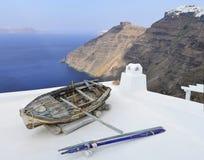 Ein altes Boot auf dem Dach eines Hauses in Santorini Stockbild