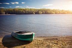 Ein altes Boot auf dem Ufer des Teichs Stockfotografie