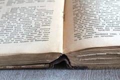 Ein altes Buch, das auf dem Tisch legt Lizenzfreie Stockbilder