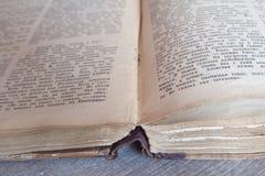 Ein altes Buch, das auf dem Tisch legt Lizenzfreies Stockbild