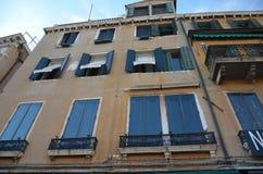 Ein altes europäisches Haus mit schönen Retro- Fensterläden auf den Fenstern, Lizenzfreie Stockfotos