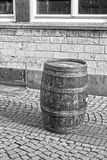 Ein altes Fass auf einer Pflasterstraße Schwarzweiss Stockfotos
