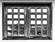 Ein altes Fenster mit Reflexen stockbild