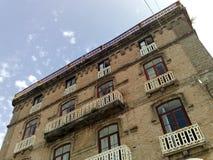 Ein altes Gebäude, das den Hafen von Sorrent übersieht lizenzfreie stockbilder