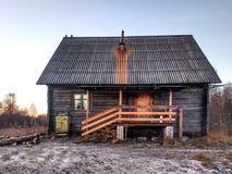 Ein altes gebrechliches verfallenes Wohnklotzholzhaus stockfoto