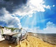 Ein altes gebrochenes Auto auf dem Strand Lizenzfreie Stockbilder