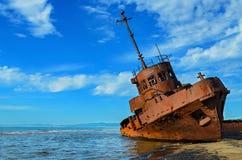 Ein altes gebrochenes rostiges Schiff Stockfotografie