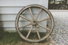Ein altes hölzernes Lastwagenrad lizenzfreies stockbild