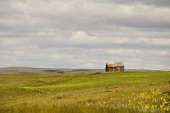 Ein altes Haus auf Ackerland Lizenzfreie Stockbilder