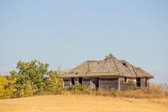 Ein altes Haus auf Ackerland Stockbilder