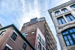 Ein altes historisches Gebäude mit den großen Fenstern Lizenzfreie Stockfotos