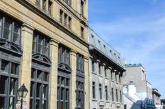 Ein altes historisches Gebäude mit den großen Fenstern Stockfoto