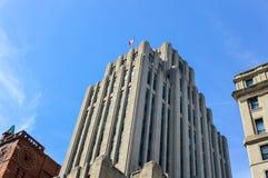 Ein altes historisches Gebäude mit den großen Fenstern und der kanadischen Flagge Lizenzfreies Stockfoto