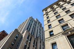 Ein altes historisches Gebäude mit den großen Fenstern und der kanadischen Flagge Stockfoto