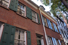 Ein altes historisches Ziegelstein-Stadtwohnungs-Gebäude Stockfotos
