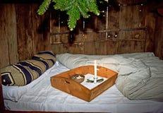 Ein altes Modebett in einem Tudor-Zeitraumhaus stockbilder