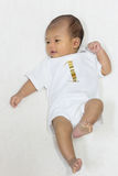 Ein altes neugeborenes asiatisches Baby des Monats steht glücklich auf weißem Bett still Lizenzfreie Stockfotografie