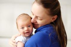 Ein altes neugeborenes Baby des Monats mit Mutter Stockfoto