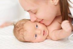 Ein altes neugeborenes Baby des Monats mit Mutter Lizenzfreie Stockfotos