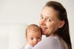 Ein altes neugeborenes Baby des Monats mit Mutter Lizenzfreies Stockfoto