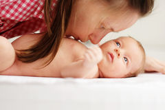 Ein altes neugeborenes Baby des Monats mit Mutter Lizenzfreie Stockfotografie