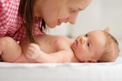 Ein altes neugeborenes Baby des Monats mit Mutter Stockfotografie