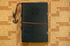 Ein altes Notizbuch mit dem Kompass stieg lizenzfreies stockfoto