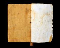 Ein altes offenes Buch mit leerem Gelb befleckte Seiten lokalisiert auf schwarzem Hintergrund Lizenzfreies Stockfoto