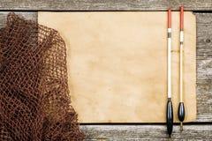 Ein altes Papier, ein Fischernetz und ein Schwimmer auf einem hölzernen tabl lizenzfreie stockfotografie