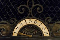 Ein altes Plakat mit Zahlen und ein Eisenzeiger benutzt im Aufzug Lizenzfreies Stockbild