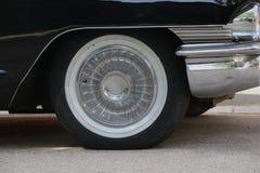 Ein altes Rad des Autos stockfoto