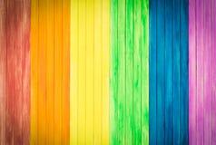 Ein altes rustikales hölzernes Brett mit Regenbogenfarben für homosexuellen Stolz GA lizenzfreie stockbilder