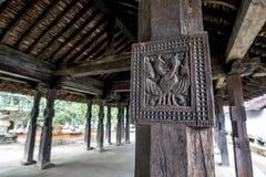 Ein altes Schnitzen, zwei Pfaus bei Embekke Devale in Sri Lanka darstellend Stockbilder