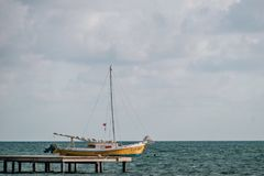 Ein altes Segelboot verankert im karibischen Meer Stockfoto