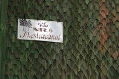 Ein altes StraßenNamensschild mit Zahl und Adresse Stockfotos