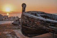 Ein altes Thunfischboot bei Sonnenuntergang Stockbild