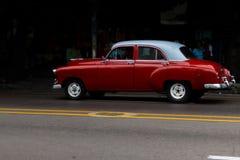 Ein altes und sch?nes rotes Autofahren durch die Stra?en von Havana stockfotografie