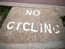 Ein altes und verblaßtes Zeichen druckte auf dem Boden, der nein das Radfahren sagt Stockfotos