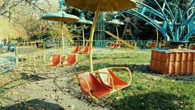 Ein altes verlassenes Karussell dreht sich in den Park im Sonnenlicht stock video footage