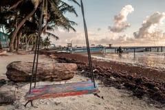 Ein altes verwittertes Schwingen auf dem Ufer Lizenzfreies Stockbild