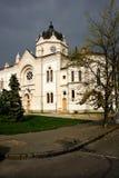 Ein altes weißes Gebäude Lizenzfreies Stockfoto