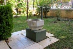 Ein altmodischer Hahn mit Trinkwasser im inneren Hof des archäologischen Museums die Türkei Alanya stockfoto