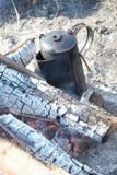 Ein altmodischer Kaffepotentiometer auf einem geöffneten Feuer Stockfotos