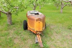 Ein altmodisches Gerät benutzt, um Insektenvertilgungsmittel auf Bauernhöfen in Nord-Kanada zu verbreiten Lizenzfreie Stockfotos