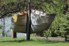 Ein Aluminiumboot eingewickelt um einen Polen Lizenzfreie Stockfotografie