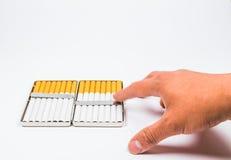 Ein Aluminiumkasten der Zigarette auf weißem blackground Lizenzfreie Stockfotografie