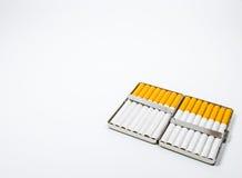 Ein Aluminiumkasten der Zigarette auf weißem blackground Stockbilder