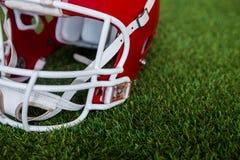 Ein amerikanischer Football-Helm auf dem Feld Lizenzfreie Stockfotos