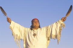 Ein amerikanischer Ureinwohner, der eine Erdezeremonie durchführt Stockfotos